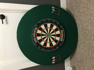 Mounted dart board with 2 sets of good darts