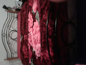 QUEEN BED WITH BED FRAME QUEEN MATRESS BOX SPRING TO GIVE