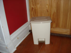 Step on garbage can for kitchen/laundry/nursery/workroom