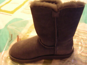 UGG Australia Bailey Button in Grey Size 5 Regina Regina Area image 2