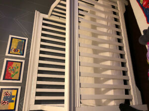 Baby crib - white - converts to toddler bed!