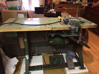 Industrial overlock sewing machine / surgetteuse industrielle