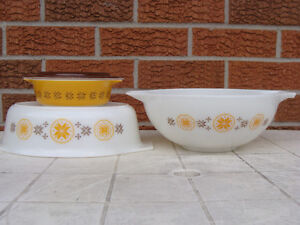 PYREX TOWN AND COUNTRY 444 BOWL and CASSEROLES London Ontario image 1