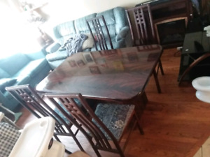 Dining table with 4 chairs made in italy nice