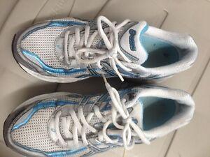 Chaussures Asics pour femmes grandeur 8.5