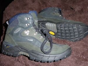 LOWA RENEGADE GTX BOOTS size 8,US