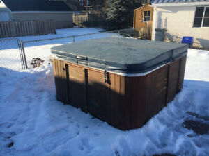 Used Hot tub cover and cover lifter bracket in good condition