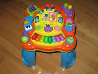 Bruin musical activity table with piano