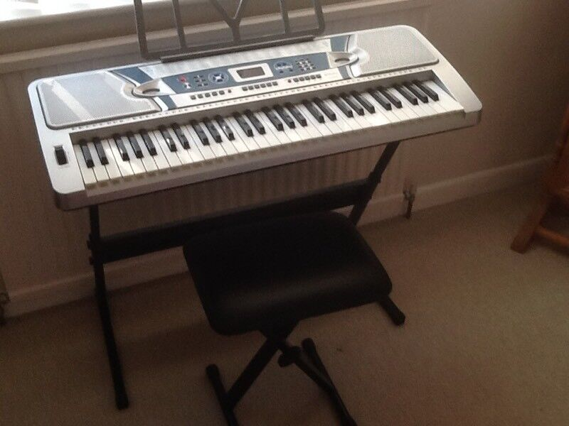 ELECTRONIC KEYBOARD 61 WITH STAND AND ADJUSTABLE STOOL.