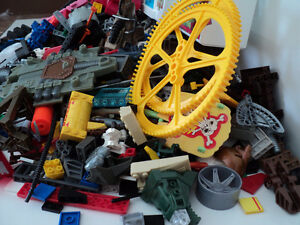 MEGA BLOKS/OVER 900 PIECES/SAME SIZE/COMPATIBLE WITH LEGO BLOCKS Cornwall Ontario image 7