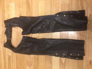 chaps de moto cuir noir, et manteau de cuir pour femme