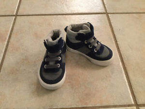 Boy Casual High-top sneakers from Old Navy (Size 5)