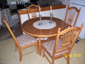 OAK DINING ROOM TABLE & CHAIRS WITH GLASS TOP