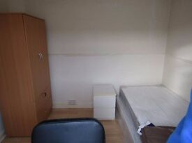 2 large rooms available for Flatshare..close to station