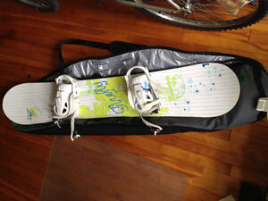 Snowboard, boots and travel bag/ Planche a neige, bottes et sac