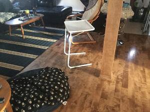 Table ajustable qui ce glisse sous les meubles West Island Greater Montréal image 1