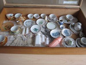 Lot de vaisselles anciennes pour enfants avec autres accessoires