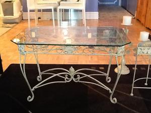 Tables en verre et chandelier