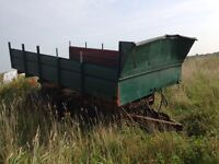 Dump wagon and gravity box