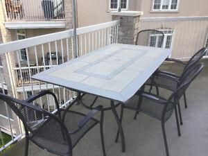 Table en pierres naturelles et 4 chaises en fer