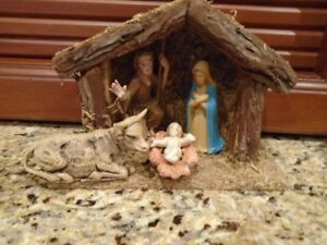 petite creche de Noel vintage avec 4 personnages de la Nativité