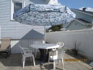 Parasol 9pi_table octogonale résine, 4 chaises résine