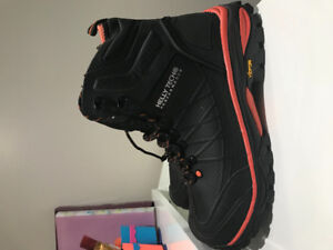 Safety shoes or work boots