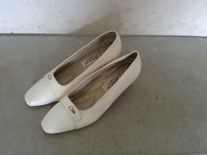 Women's white sandals pumps Size 7 Like new