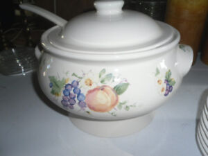 PFALTZGRAFF SOUP TUREEN WITH 8 SAUCERS