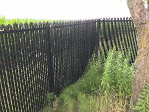 60' clôture frost noire avec lattes et 17 poteaux.  Plus bois ..
