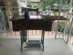 TREADLE/ANTIQUE SEWING MACHINE