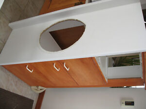 Aubaine! - Module de vanité de salle de bain  en bon état  seule