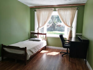 SOUTH WINDSOR --Close to St. Clair College -- ROOMS FOR RENT