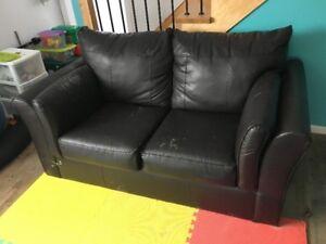 Sofa cuir noir usagé à venir chercher aujourd'hui
