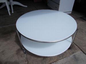tres belle table en vitre blanche avec 4 roulette