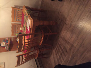 Dining room table with 6 chairs and a leaf