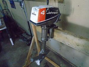 Moteur Johnson 4 HP en bonne condition avec reservoir a essence.
