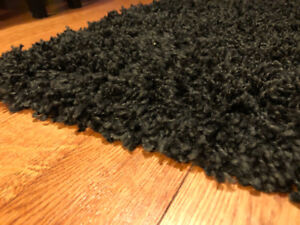 Shaggy black area rug. Great condition 5x7