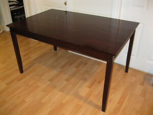 Beautiful Dining rm table like new a very must see.