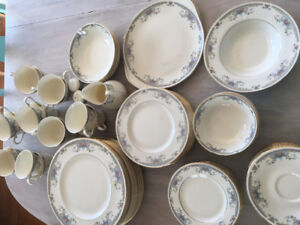 "Royal doulton China""Juliet"" 95 pieces"
