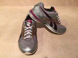 Women's Reebok Easy Tone Smooth Fit Shoes Size 6.5 London Ontario image 9