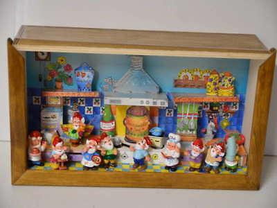 Ü-Ei Figuren Die Küchenzwerge in Schaukasten 9 Zwerge 1999 1 Zwerg 1992