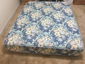 Like new Queen size mattress / matelas - Delivery