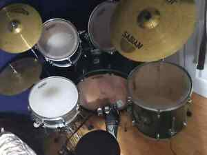 Drum kit 8 pieces. Seat and 6 sticks. :)