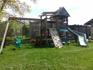 CHILDREN'S AMAZING WOODEN CLIMBING GYM AND SWING SET