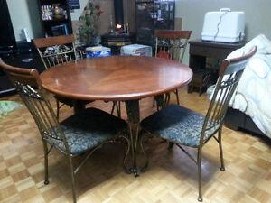 Table à manger et meuble boulangère avec tiroir