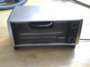 BLACK&DECKER STAINLESS STEEL MEDIUM SIZE TOAST-R-OVEN