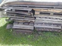 Palette de bois tout grandeur (ne livre pas)