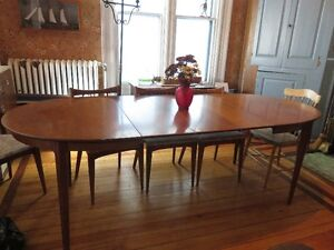 CHERRY WOOD DINING ROOM TABLE with 3 LEAVES