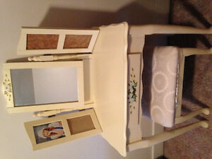 Girls Vanity - near mint condition